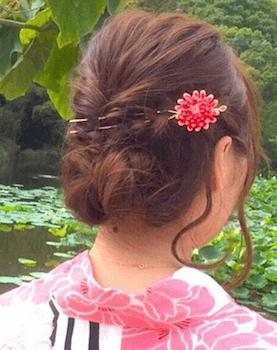 16浴衣に合うレディースの花かんざしピンのセミロングの髪型