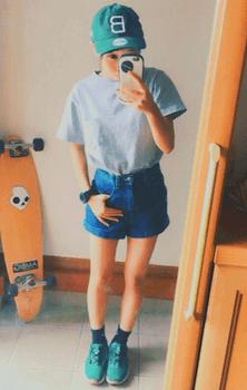 プーマのスニーカー×カラーTシャツ×デニムショートパンツ