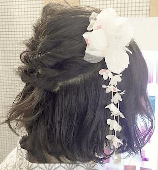 18浴衣に合うレディースの花飾り&ねじりハーフのボブの髪型