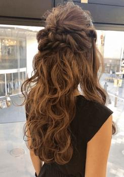 結婚式で人気のロングのねじりハーフアップの髪型