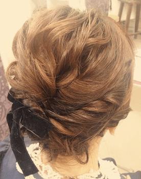 結婚式で人気のショートのねじりベロアリボンの髪型