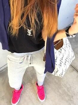 プーマのスニーカー×ブランドTシャツ×ジョガーパンツ