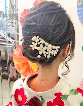 11浴衣に合うレディースのパールバレッタのセミロングの髪型