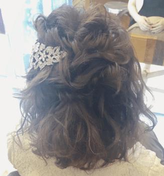 結婚式で人気のボブの髪型16:ミックス編み&ビジューバレッタ