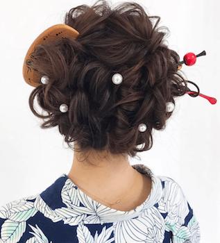 5浴衣に合うレディースの半月櫛&カールアップのセミロングの髪型