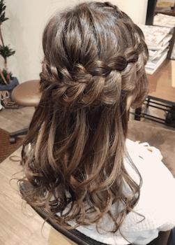 結婚式で人気のミディアムのロープ編みクラウンの髪型