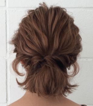 結婚式で人気のショートのねじりミニポニーの髪型