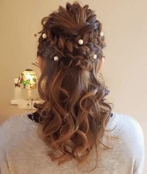 結婚式で人気のミディアムの編み込みパールピンの髪型