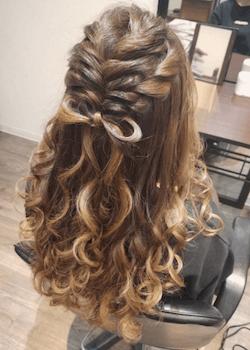 結婚式で人気のロングの編み込み地毛リボンの髪型