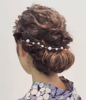 10浴衣に合うレディースのパールチェーンのセミロングの髪型