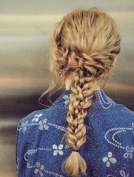 15浴衣に合うレディースのダブル三つ編みのロングの髪型
