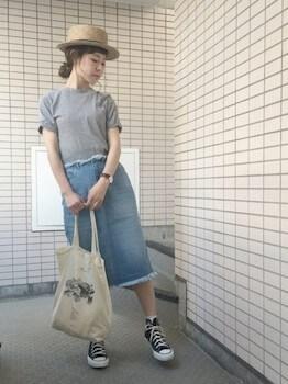 無地Tシャツ×デニムタイトスカート×カンカン帽子