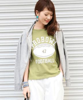 ロゴTシャツのおしゃれな着こなし方3:パーカーでおしゃれに着こなす