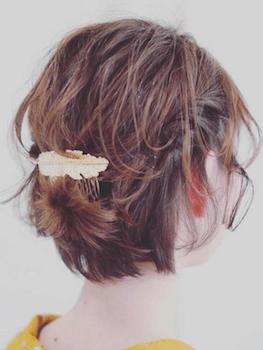 20浴衣に合うレディースのフェザーバレッタをつけたショートの髪型