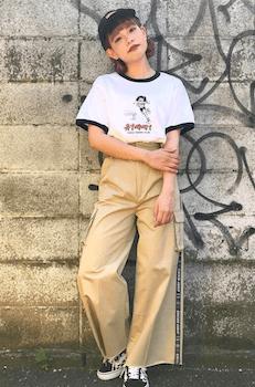 21リンガーTシャツ×ワイドカーゴパンツ×スニーカー