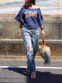 ロゴTシャツ×ダメージジーンズ×ショルダーバッグ
