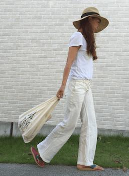 アイランドスリッパ×白Tシャツ×白ワイドパンツ
