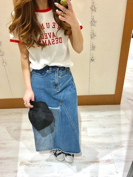 16リンガーTシャツ×デニムタイトスカート×スニーカー