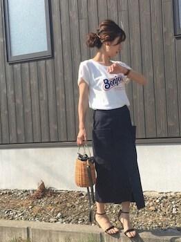 ロゴTシャツ×タイトスカート×ペッタンコサンダル