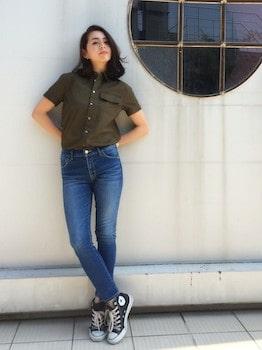 半袖シャツ×ジーンズ×ハイカットスニーカー