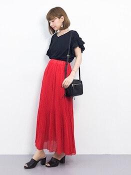 ミュール×Vネックブラウス×赤のロングスカート