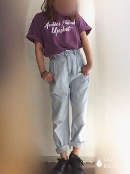 ロゴTシャツ×デニムパンツ×スニーカー
