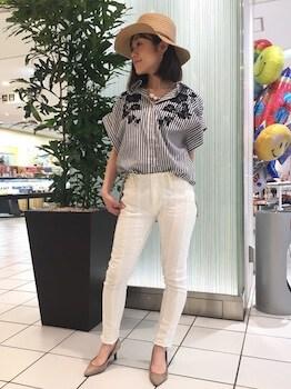 半袖シャツ×ホワイトデニムパンツ×ハット