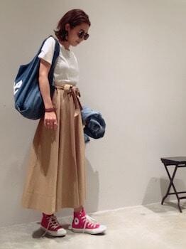 1キャンバストートバッグ×白Tシャツ×ロングスカート