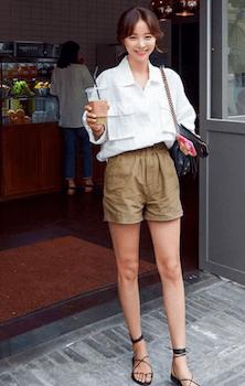リネンシャツのレディースのおしゃれなコーデ方法2:ショートパンツと合わせる
