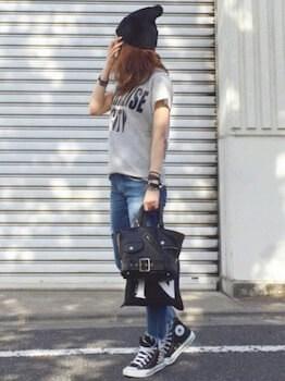 19スウェットTシャツ×ジーンズ×ハイカットスニーカー