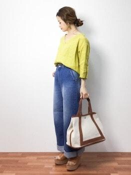 16キャンバストートバッグ×VネックカラーTシャツ×デニムパンツ