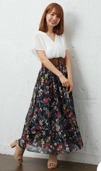 プルオーバーシャツ×花柄スカート×オープントゥサンダル