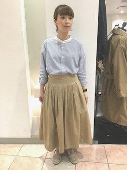 17バンドカラーシャツ×フレアスカート×スリッポン