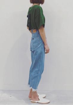 6スウェットTシャツ×カットオフデニムパンツ×スリッパシューズ