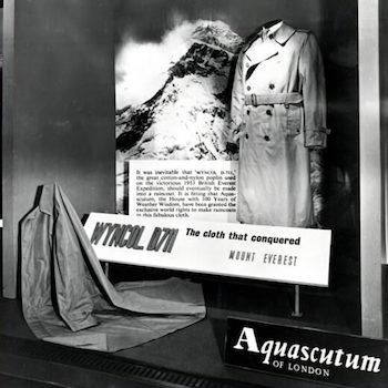アクアスキュータムのトレンチコートはなぜ有名?