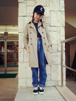 トレンチコート×セーター×デニムパンツのレディースコーデ
