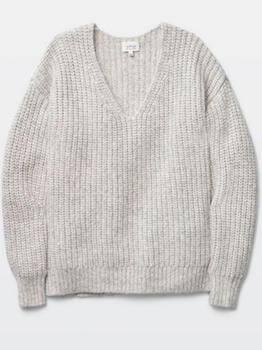 トレンチコートにセーターを合わせるコツ