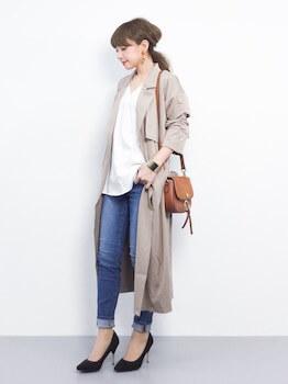ベージュ系のトレンチコートを着る時のバッグの色は?