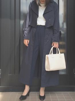 ネイビーのトレンチコートを着る時のバッグの色は?