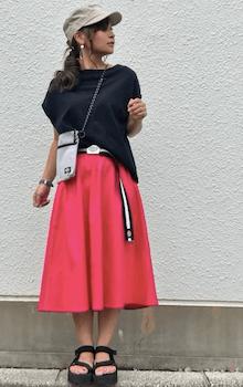白のサコッシュバッグ×フレンチスリーブトップス×スカート