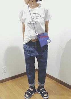 青のサコッシュバッグ×Tシャツ×デニムパンツ