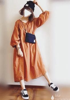 ネイビーのサコッシュバッグ×オレンジのワンピース×ニット帽