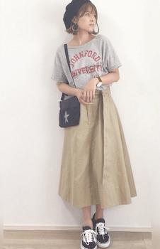スター柄のサコッシュバッグ×Tシャツ×チノスカート