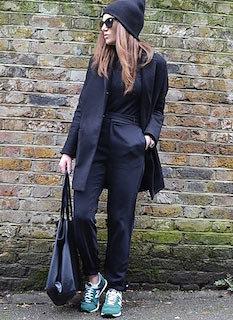 10黒のチェスターコート×黒シャツ×黒パンツ