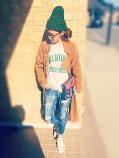 5ロング丈キャメルーコート×ダメージデニム×緑のニット帽