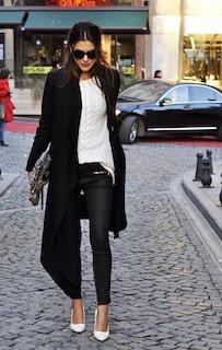 6黒のチェスターコート×白ニット×黒パンツ