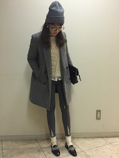 10グレーのテーラードジャケット×レギパン×ニット帽のコーデ
