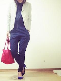 3白のテーラードジャケット×オールインワンパンツ×ピンクトート