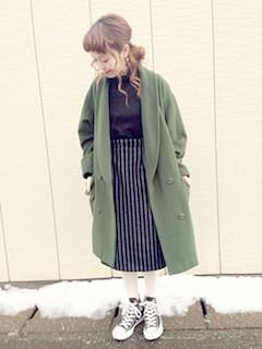 4緑のテーラードジャケット×ミモレ丈スカート×黒タートル