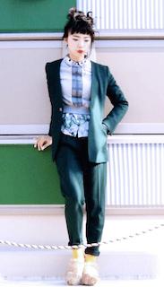 6緑のテーラードジャケット×緑パンツ×柄ブラウス